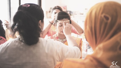 Pearl Mundavalya being tied across the bride's forehead