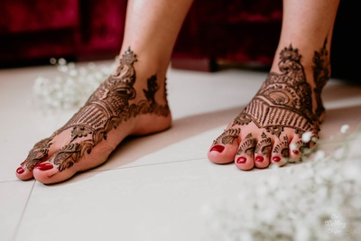 Even her feet look so pretty adorned with bridal mehendi
