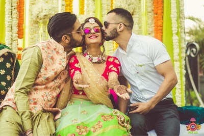 Cute wedding poses between the bride, groom and family