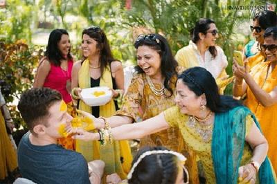 Ladkiwale having fun smearing haldi on the groom