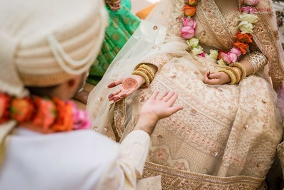 Minimal mehndi design on the bride's hands for the wedding