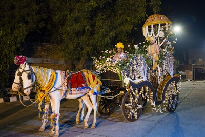 The groom travels to his wedding venue on a horse carriage in royal-style!
