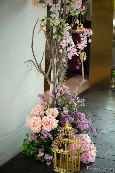 The entrance saw cutesy decor elements- blooms, kaleeras and tiny cages.