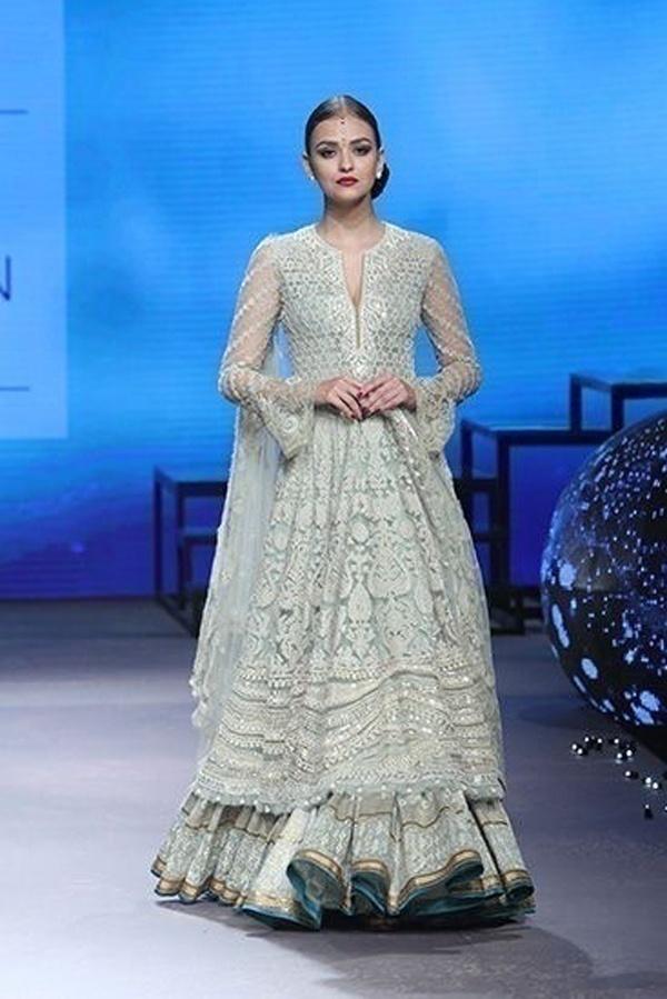 Model wearing an off-white bridal wedding lehenga by designer Tarun Tahiliani