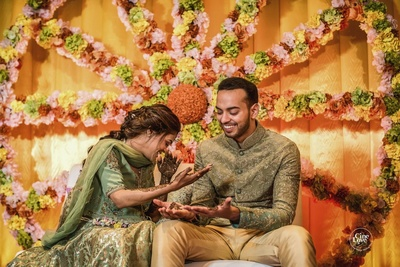 Candid picture of the couple at the mehendi sagan