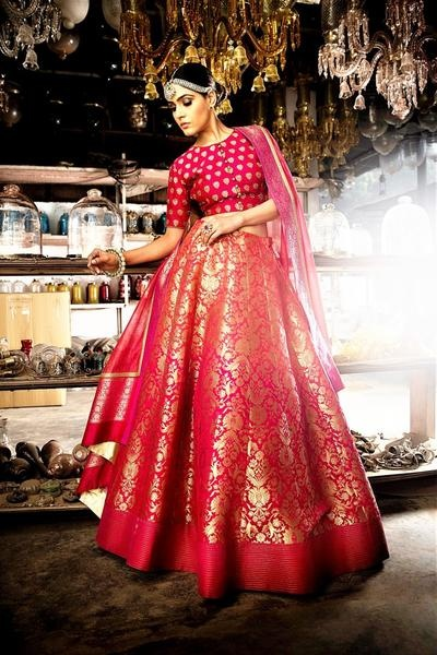 affb3109b3 Red will forever be a classic when it comes to Banarasi wedding lehengas!  This gold and red Banarasi lehenga is no exception to that. Love how the  bride ...