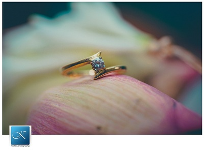 Wedding ring studded with a diamond solitaire