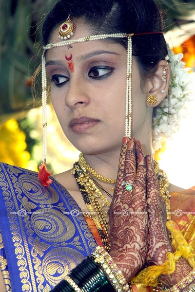 Accentuating bridal makeup ideas styled with chaand bindi
