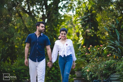 A casual and chic pre-wedding click for the chilled-out couple!