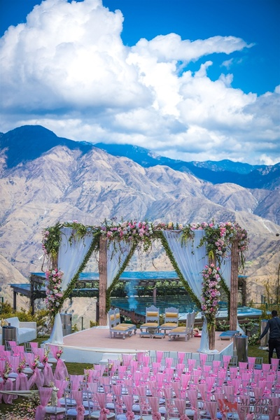 The mandap beautifully decorated against the backdrop of snow clad mountains