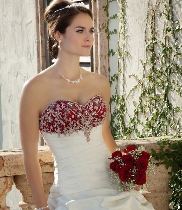 Wedding Dress with Accentuated Necklines