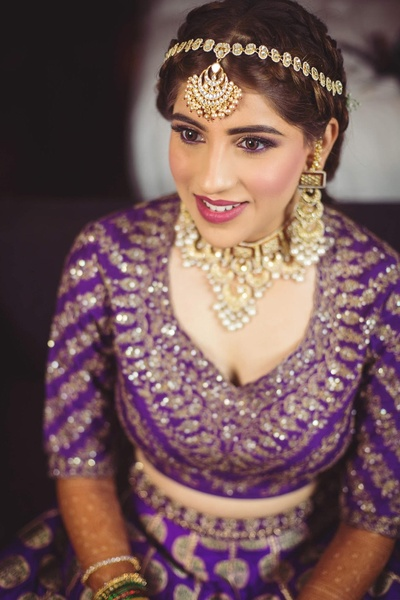We cannot stop drooling over this pretty bride's kundan jewellery and unconventional maathapatti.