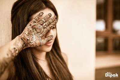The bride showing off the beautiful Mehndi design