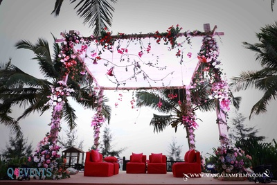 Peach and white floral decor at the mandap for an outdoor wedding at Planet Hollywood, Goa