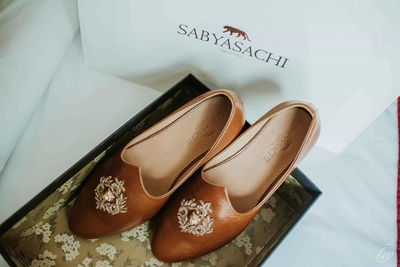 A perfect idea to capture groom's footwears!