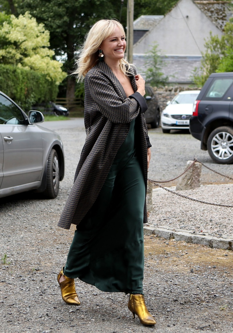 <p>flashes a smile while wearing a dark green dress with a pair of golden shoes.&nbsp;</p>