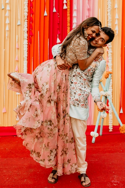 Pragya and Harsh are all smiles as they enjoy their Mehendi ceremony.