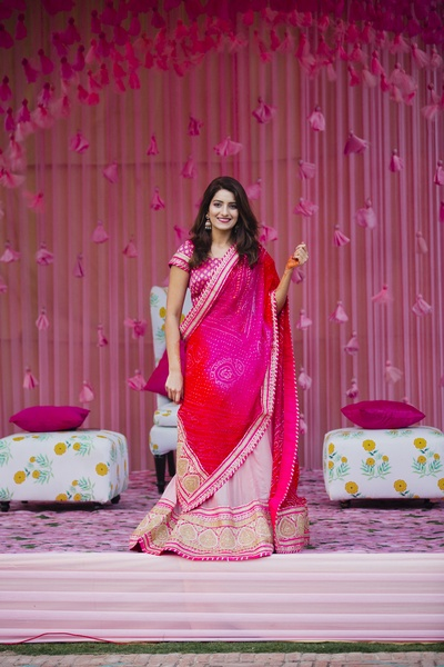 The bride looks absolutely gorgeous in her pink saree!
