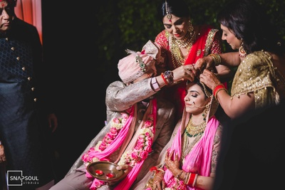 The groom puts on sindoor on the bride's forehead as part of the wedding ceremony!