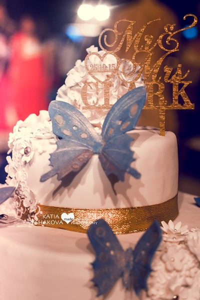 White and blue wedding cake for the reception ceremony.