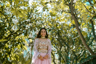 Bridal portrait of Sonali in her peach lehenga for the mehndi ceremony