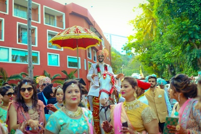 The groom comes riding a horse as part of the baraat!