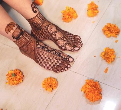 Heena's feet mehendi featured lotuses and elephants, providing a very celebratory feel.