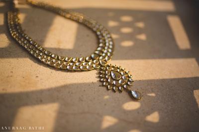 Minimal bridal kundan necklace.