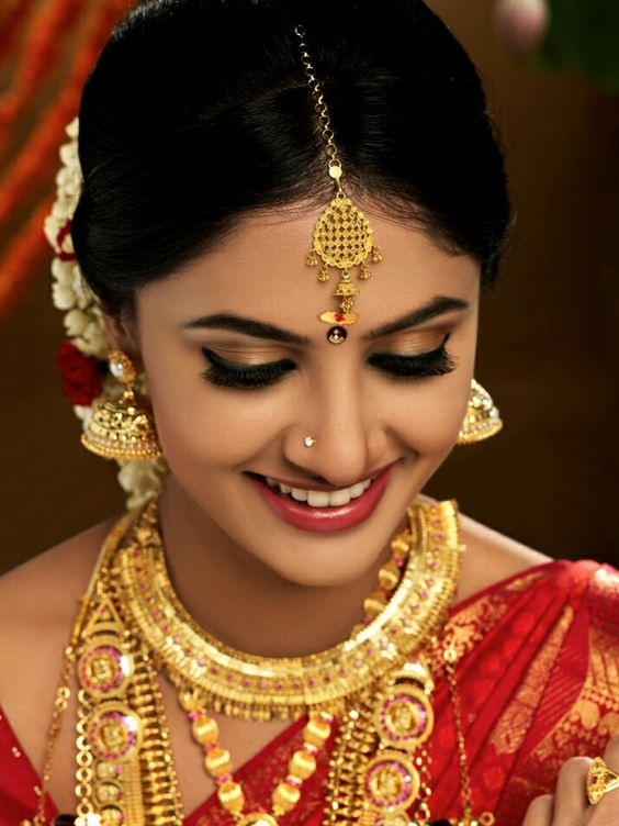 Did you see the bold eye makeup done beautifully on a flawless base? Doesn't it make the brides look surreal? Totally loving that they chose a pink or nude ...
