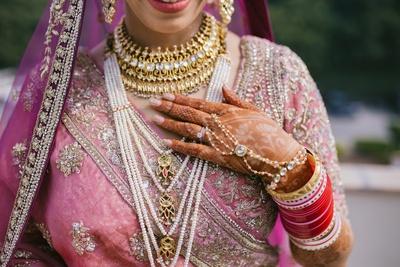 the bride wearing heirloom kundan sets for her wedding