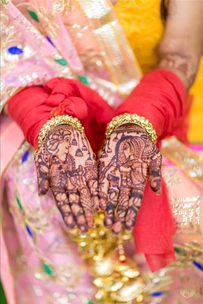 Priyanka's creative and pretty mehendi.