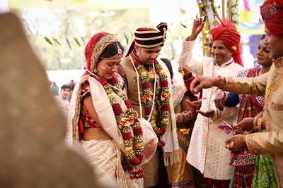Couple performing the Saat Phera ceremony