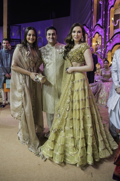 Mohomed Morani with Sonakshi Sinha and Iulia Vantur.