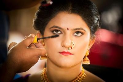 Mascara strokes to redefine eyeshape