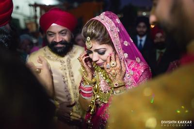 Emotional vidaai moment captured by Divishth Kakkar Photography.