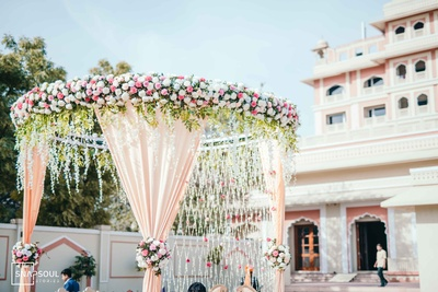 The stunning pastel-themed mandap decor.