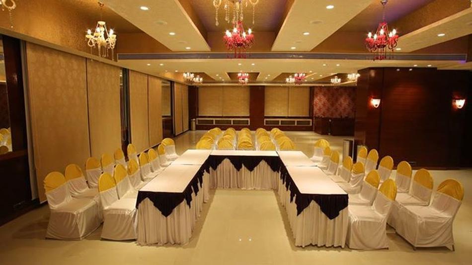 Palm courtyard banquet sanpada mumbai banquet hall for Banquet hall ceiling designs