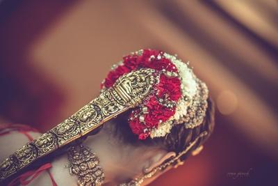 bridal jaada covered in heavy temple jewellery