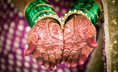 Imprints of King and Queen on Bride's mehendi.