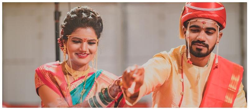 Sanil & Mansi Nashik : A quintessential Maharashtrian affair, the couple donned traditional outfits – simple yet elegant.