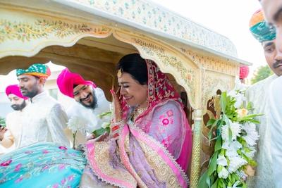 The bride breaks into tears during her vidaai ceremony.