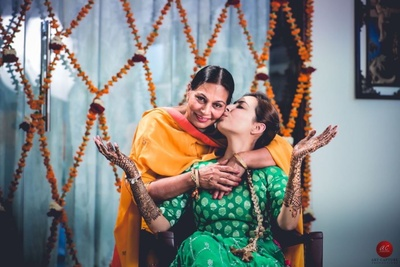 Heartwarming shot of the bride and her mother behind the scenes !