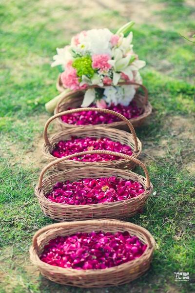 rose petals decor ideas for the outdoor wedding ceremony