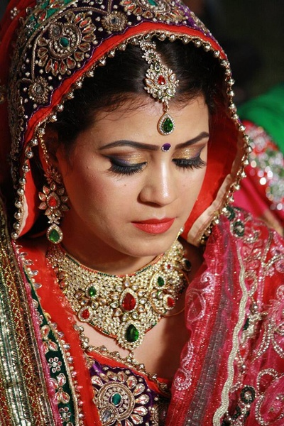 Bride donning a ornamented choker featuring polki and stones