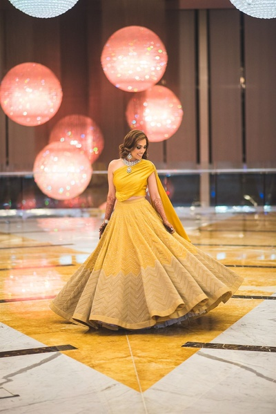 The bride in a yellow lehenga at her sangeet