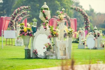 beautiful mirror decor for the wedding ceremony