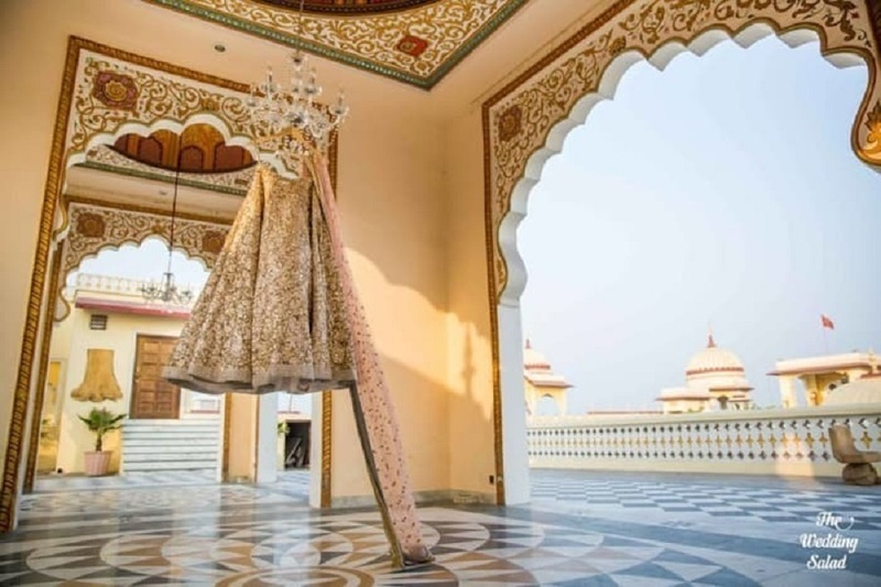 7. Using an architectural backdrop that matches your lehenga: