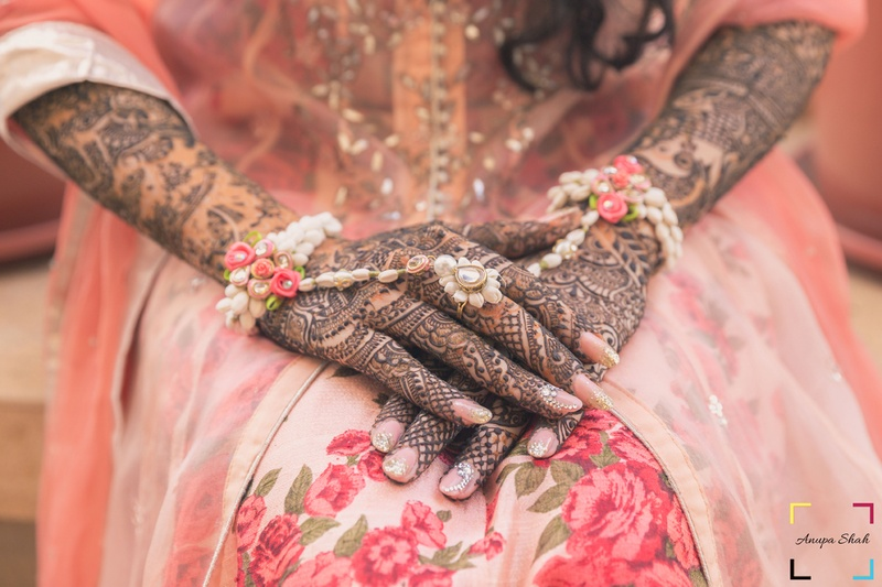 Mehndi Hands With Mobile : Top 5 bridal mehendi artists in ahmedabad who can stun you with