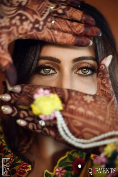 Candid photography of the bride's makeup and mehndi design
