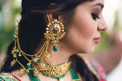 Beautiful gold and kundan jewelry worn by the bride on her sangeet and mehdni function